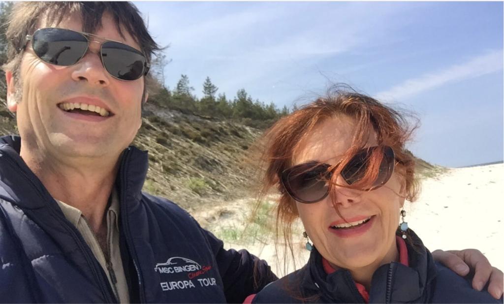 Team Ralf Pasman und Renée Keßler als Botschafter des MSC Bingen an der höchsten Düne Kaschubien.